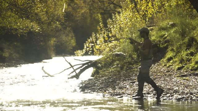 male fisher fly fishing casting line new zealand - 男漁師点の映像素材/bロール