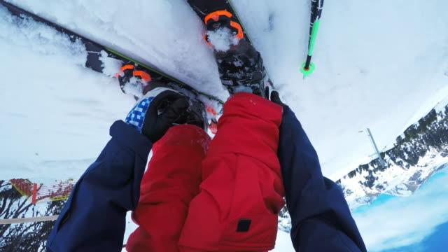 vídeos de stock e filmes b-roll de pov male freestyle skier buckling his snow boots - roupa de esqui