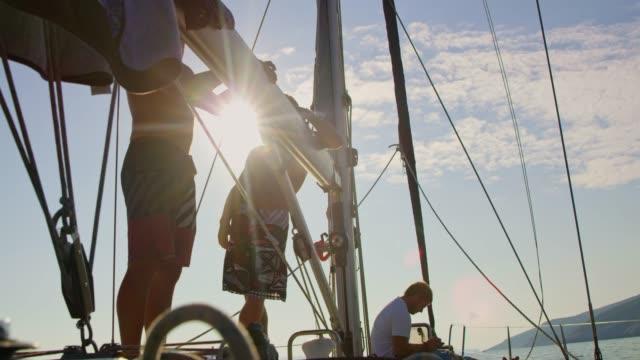 männliche freunde auf sonnigen segelboot, real-time - halbbekleidet stock-videos und b-roll-filmmaterial