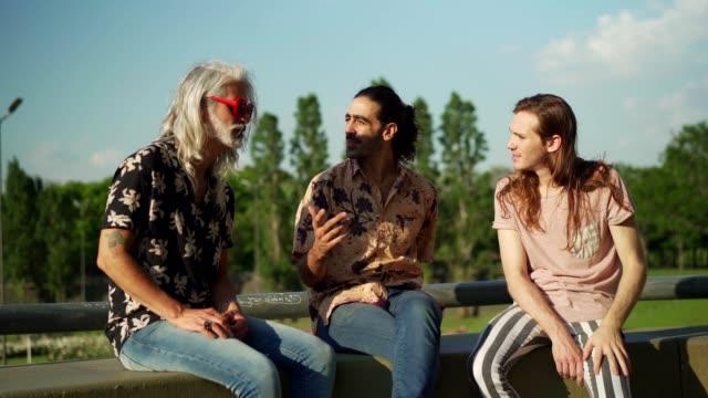 屋外で話す男友達 - プエルトマデロ点の映像素材/bロール