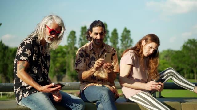 携帯電話を使用して男性の友人 - プエルトマデロ点の映像素材/bロール