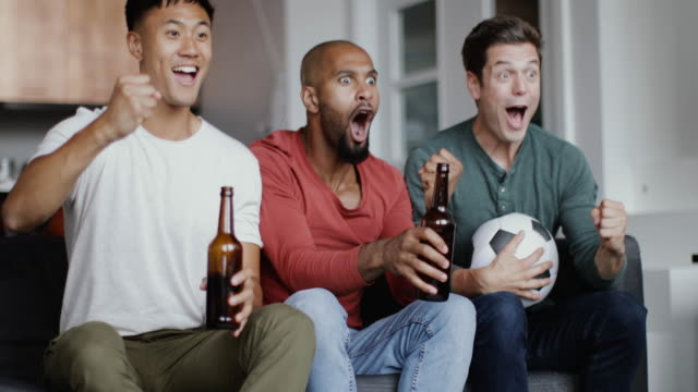 vídeos de stock e filmes b-roll de male friends watching a football match - etapa desportiva