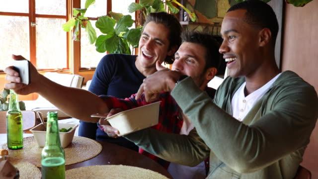 vídeos de stock, filmes e b-roll de amizade masculina - almoçando em casa juntos - male friendship