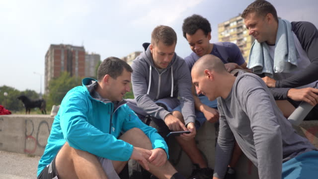 vídeos y material grabado en eventos de stock de amistad hombre - sports training
