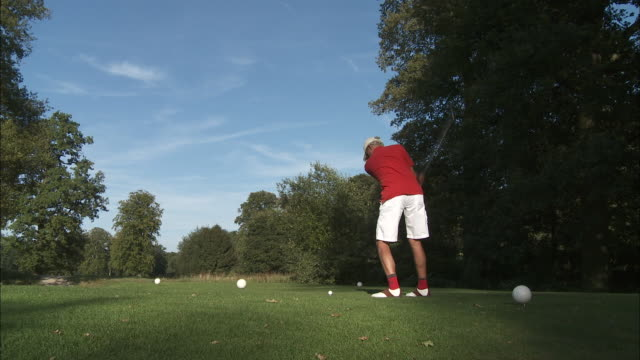 ws male golfer pitching, brussels, belgium - golf shoe stock videos & royalty-free footage