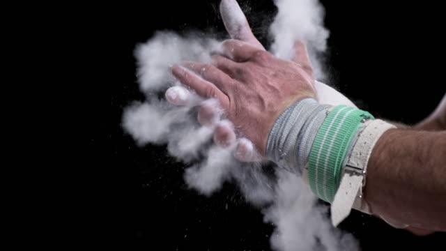 vídeos y material grabado en eventos de stock de sujeción de san luis obispo missouri gimnasta uso de las palmas de las manos espolvoreado con tiza - magnesio
