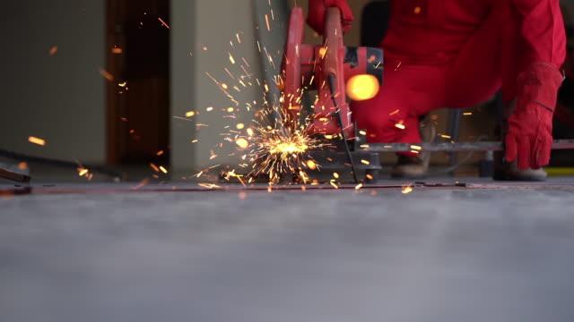 stockvideo's en b-roll-footage met mannelijke hand snijdt stukken van staal - hd format