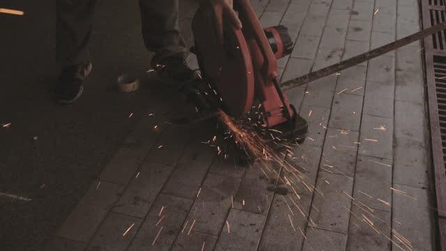 stockvideo's en b-roll-footage met de mannelijke hand snijdt stukken van staal af - hd format