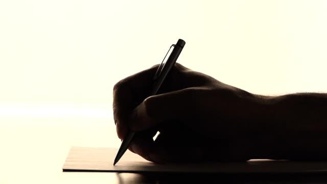 vídeos de stock e filmes b-roll de masculino mão escrita, plano aproximado de filme - nota mensagem