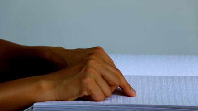 maschio mano lettura del linguaggio braille punti per i non vedenti - tecnologia assistiva video stock e b–roll