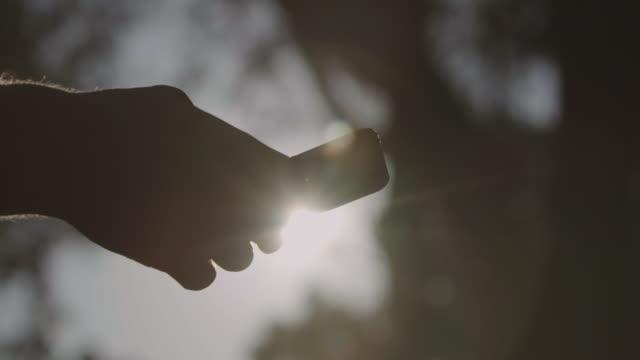 männliche hand mit handy. - connection in process stock-videos und b-roll-filmmaterial