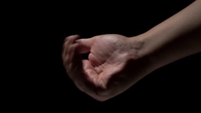 stockvideo's en b-roll-footage met mannelijke handen op een zwarte achtergrond - handpalm