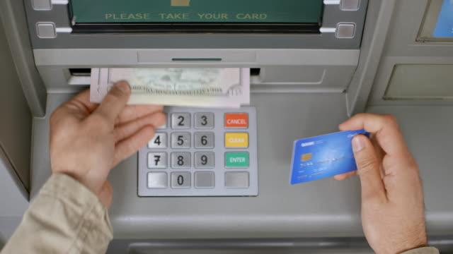 vídeos de stock, filmes e b-roll de masculino ds mãos tirando o cartão do banco da atm e contando o dinheiro. - maquinaria