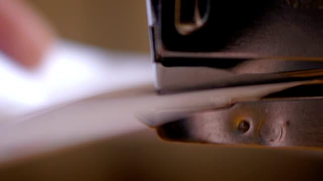 紙ホチキスを使用して男性の手 - ホッチキス点の映像素材/bロール