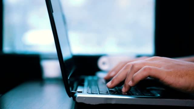 maschile mani lavorando su computer portatile in café - scivolare video stock e b–roll