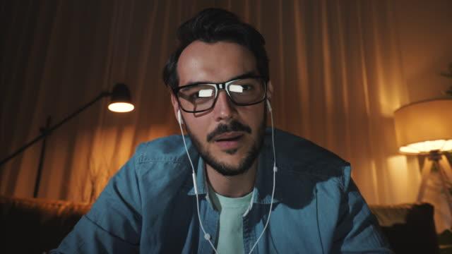 maschio che ha fatto una videochiamata a tarda notte. - webcam video stock e b–roll