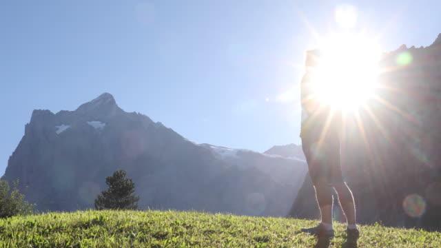 männlicher wanderer steigt auf alpenhang, blickt auf berge - shorts stock-videos und b-roll-filmmaterial
