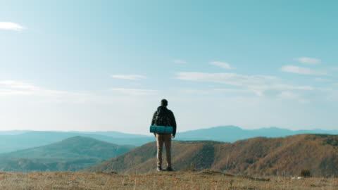männliche wanderer am gipfel des berges - rear view stock-videos und b-roll-filmmaterial