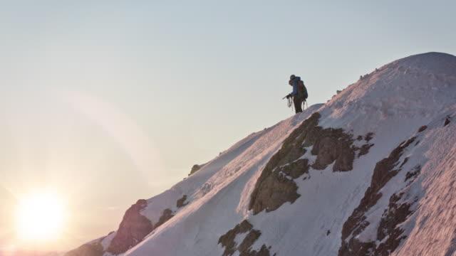 冬の間に登山する男性ハイカー - snowcapped mountain点の映像素材/bロール