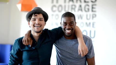 vídeos y material grabado en eventos de stock de mejores amigos hipster hombre - two people