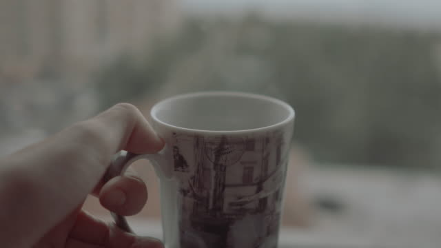 vídeos de stock, filmes e b-roll de macho de fpv que prende um café quente em um dia nebuloso que aprecia a vista - caneca