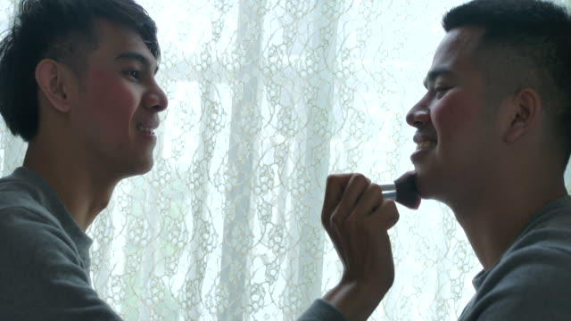 lgbt男性同性愛者、お互いをメイクアップ - 同性愛者点の映像素材/bロール