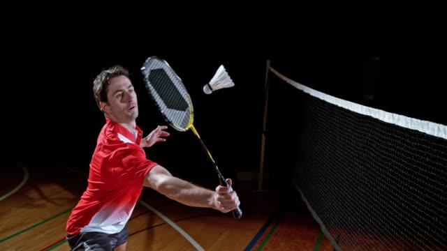vídeos de stock, filmes e b-roll de slo mo masculino jogador de badminton indoor bater uma peteca - badmínton esporte
