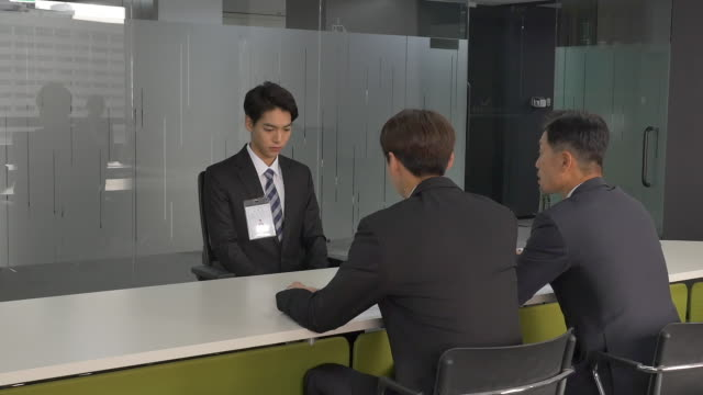a male job applicant having an interview - インタビュー点の映像素材/bロール