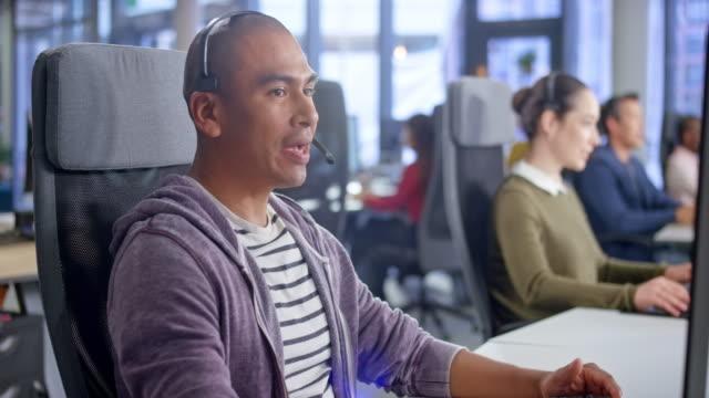 vídeos y material grabado en eventos de stock de ds male agente latinoamericano de call center hablando con un cliente - call center latin