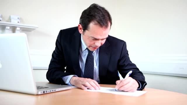 vídeos y material grabado en eventos de stock de macho abogado escrito informe - a la izquierda de