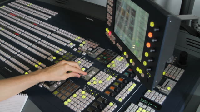 vídeos de stock, filmes e b-roll de masculino combinando controle em estúdio de televisão - estúdio de televisão