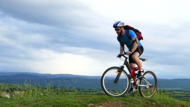 4К mannelijke mountainbiker fietsen bovenop