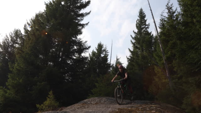 männliche mountainbiker senkt sich steile felsplatten - nur junge männer stock-videos und b-roll-filmmaterial