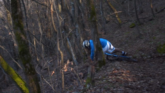 male mountain biker has nasty wipe out on rocky trail - 25 29 years stock videos & royalty-free footage