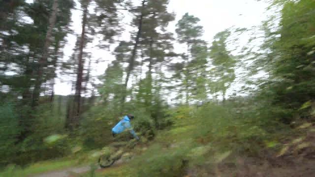 森林バイクトレイルで丸いコーナーをスピードアップ男性の山 - サイクリングロード点の映像素材/bロール