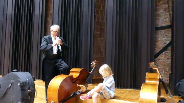 Männliche Musiker ist mit seinem Enkel eine Oboe und Kontrabass zu spielen Spaß.