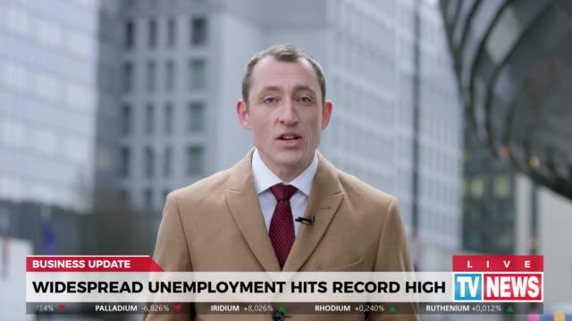 stockvideo's en b-roll-footage met ld mannelijke verslaggever die levend van het gebied over hoge werkloosheid rapporteert - journalist