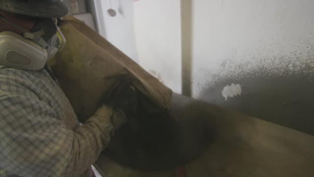 ein männlicher ölfeldarbeiter gießt einen sack bohrschlamm in eine mischmaschine an einer öl- und gasbohranlage - arbeitssicherheit stock-videos und b-roll-filmmaterial
