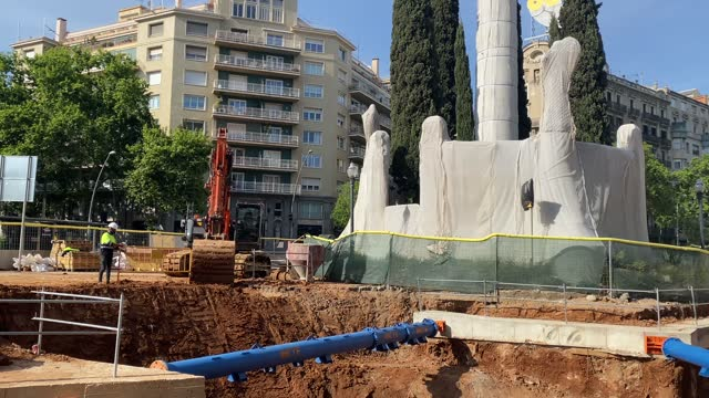 male operators working in the city of barcelona building building, road, repair in pandemic covid 19 sunny day heavy machinery trucks scalers - rebuilding stock videos & royalty-free footage