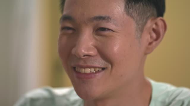 stockvideo's en b-roll-footage met mannelijke geduldig het glimlachen - opluchting