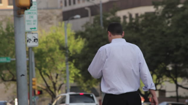 vídeos y material grabado en eventos de stock de male pedestrian walking on downtown street - camisa y corbata