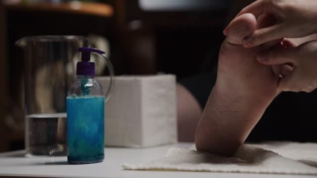 vídeos de stock, filmes e b-roll de pedicure masculina - dedo do pé humano