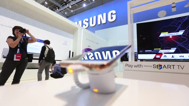 male plays a video game using a samsung smartphone connected to a samsung electronics co smart tv in the companys display area on a media preview day... - ultra high definition television stock videos & royalty-free footage