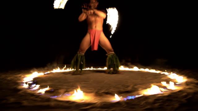 vídeos de stock e filmes b-roll de male polynesian dancer performing in ring of fire - cultura taitiana