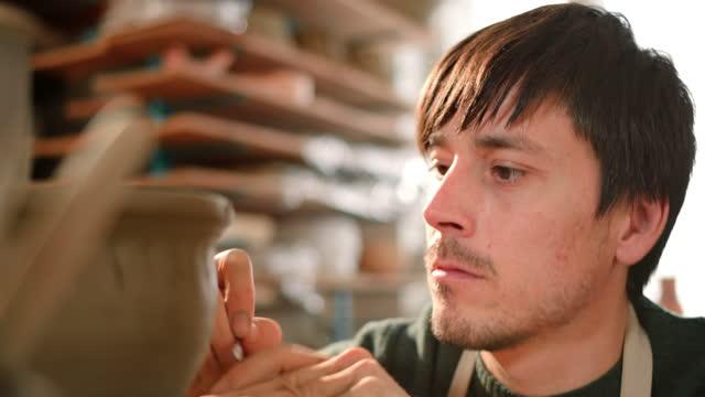 ポットにパターンを彫る男性陶芸家 - 陶芸家点の映像素材/bロール