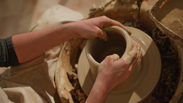陶芸家の車輪の上の鍋の壁を上げる男性の陶芸家 - 陶芸家点の映像素材/bロール