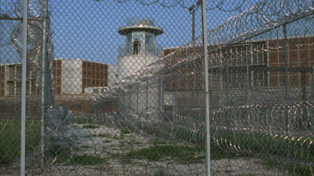 vidéos et rushes de ms male prison guard in watch tower, cook county jail, chicago, illinois, usa - prison