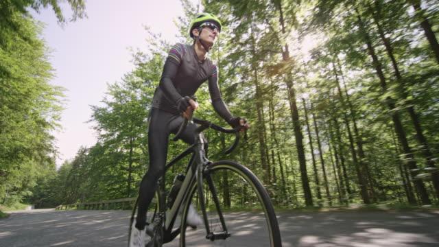 ts man vägen cyklisten cykling upp en fin bergsväg i solsken - landsväg bildbanksvideor och videomaterial från bakom kulisserna