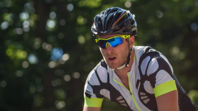 stockvideo's en b-roll-footage met mannelijke wielrenner tijdens sport opleiding - sportrace