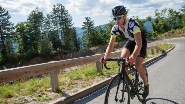 vidéos et rushes de coureur cycliste pédaler en montée - qui monte